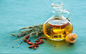 Olej, zioła i suszone papryczki