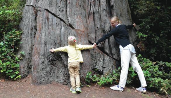 Kobieta z dzieckiem przytula drzewo