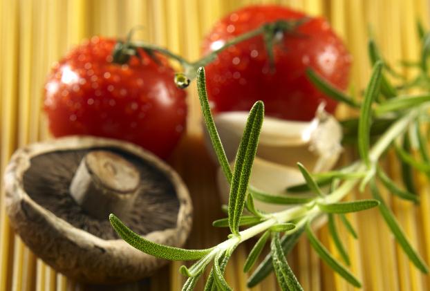 hipoalergiczni_zoom_na_produkty_jedzenie_ostroznie_z_salatka