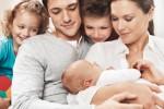 Rodzina z dzieckiem na rękach