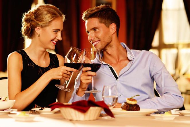 Para pijąca wino