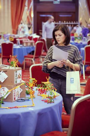 Jedna z jurorek, Katarzyna Cichopek, uważnie przygląda się zgłoszonym do konkursu zabawkom