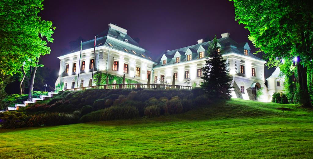 Hipoalergiczni Manor House Pałac Odrowążów nocą