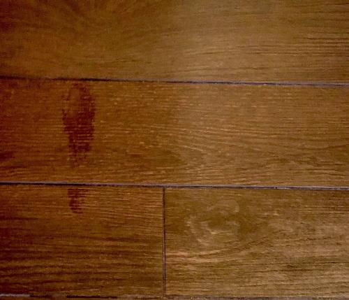 Lewa połowa zdjęcia pokazuje podłogę świeżo po tym, jak umył ją ZACO. Po prawej podłoga przed myciem.