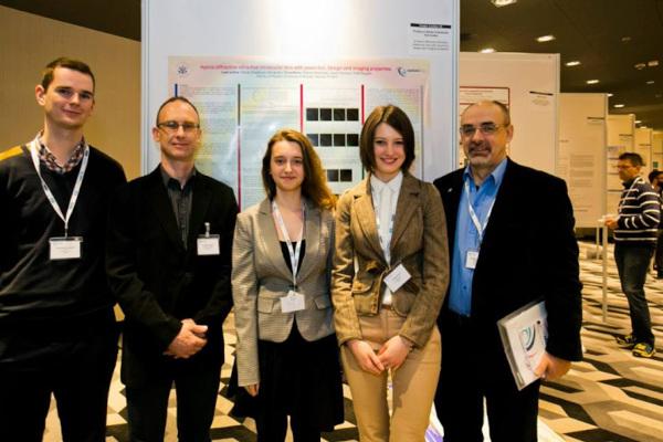 Dr hab. Marek Kowalczyk-Hernández wraz ze studentami i koordynatorem studiów optometrycznych na Wydziale Fizyki UW, dr. hab. Jackiem Pniewskim