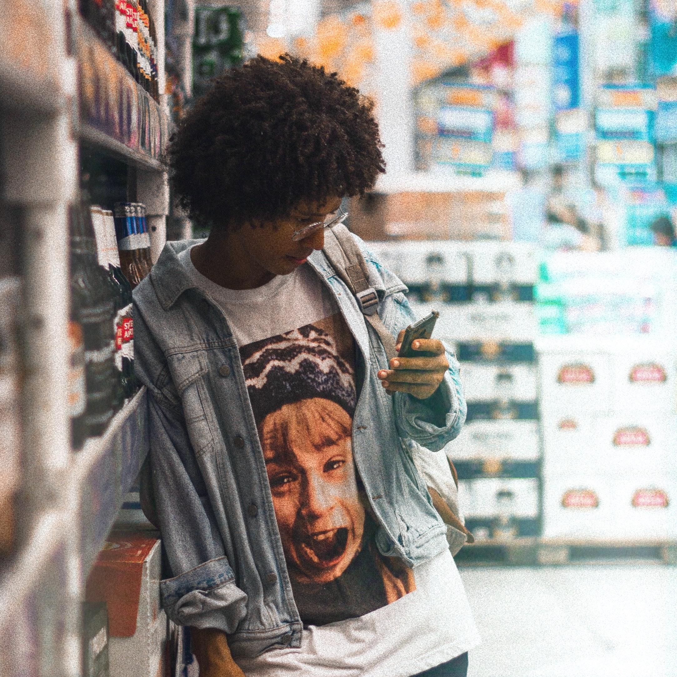 photo-of-woman-leaning-on-supermarket-hipoalergiczni-David-Gomes-pexels-com
