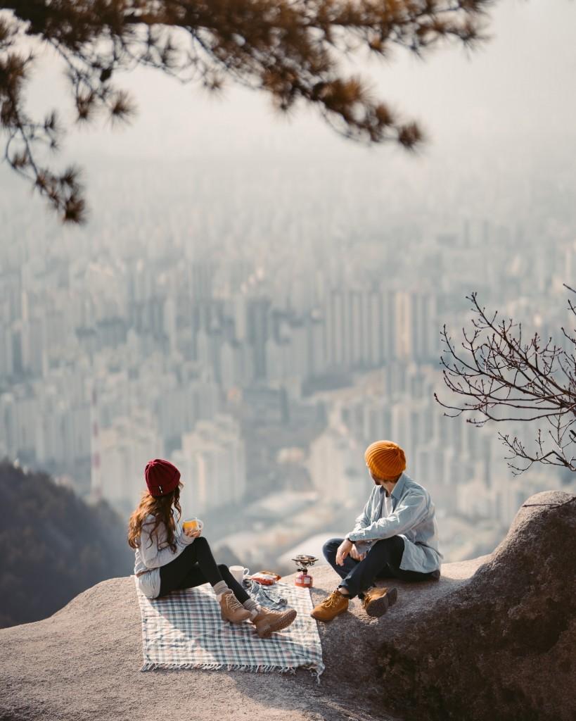 man-and-woman-sitting-Taryn-Elliott-pexels-com-hipoalergiczni