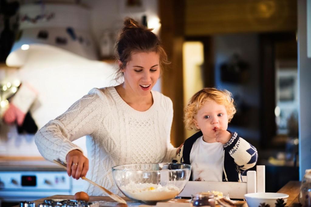 Hipoalergiczni-dziecko-mama-gotowanie-miska-jedzenie