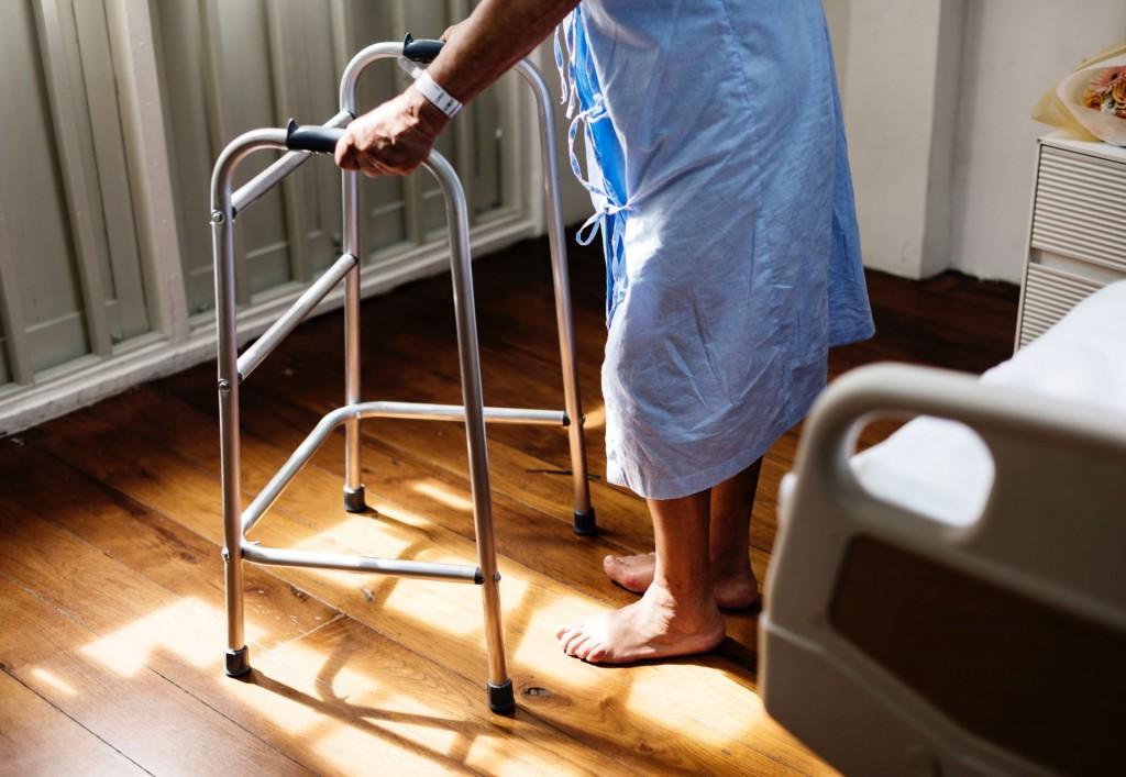 Hipoalergiczni-starsza-osoba-staruszka-podparcie