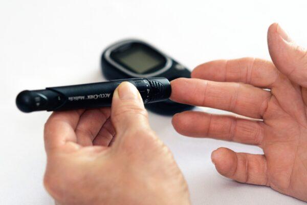 Jak wykonać pomiar glukozy we krwi w domu